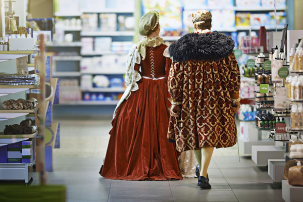King and queen shopping at store