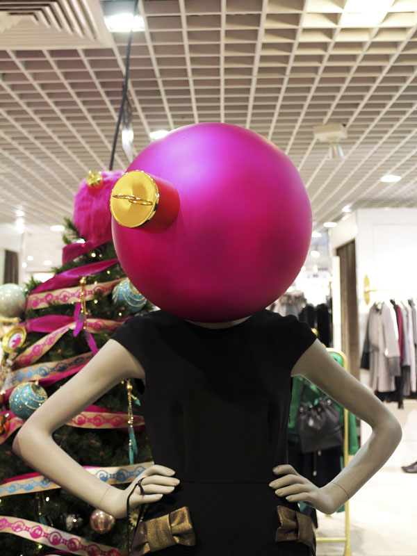 Mannequin with ornament for head