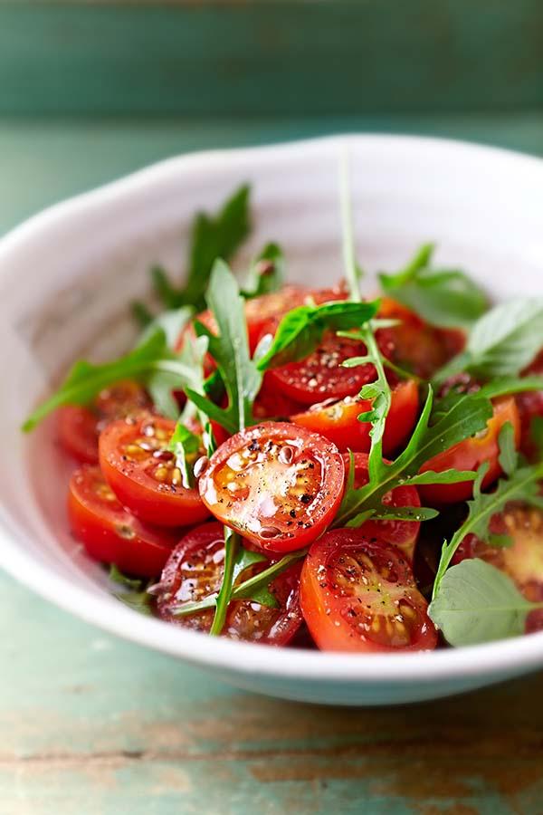 Tomato and arugula salad with flax seeds